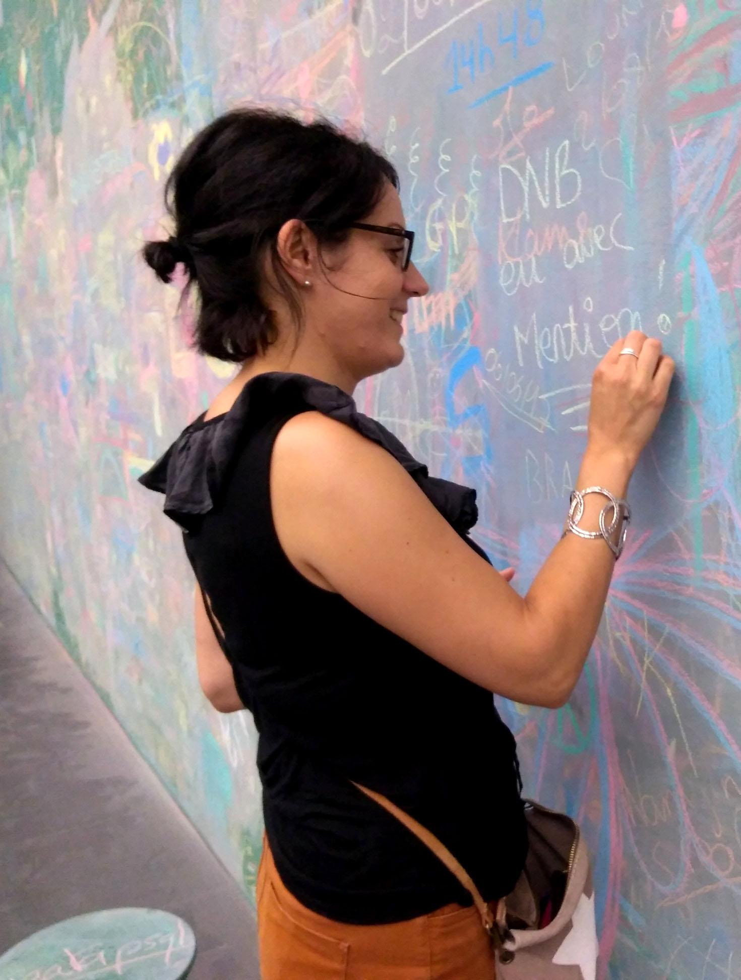 Femme qui dessine à la craie
